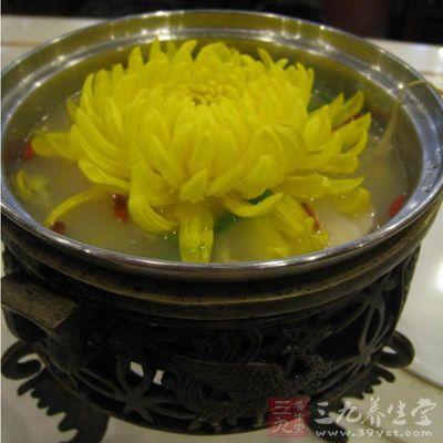 火锅内放入吊好的高汤,煮开后放入食用菊花