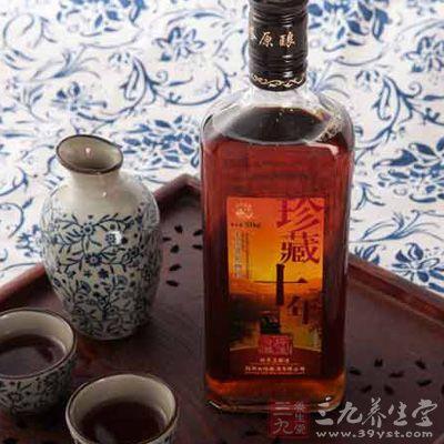 黄酒的传统饮法是放在热水中烫热或隔火加热后饮用
