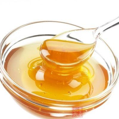 玫瑰花茶都可以适量加入一些蜂蜜调饮