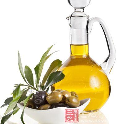 在胸部滴上橄榄油并结合揉捏法有助于丰胸