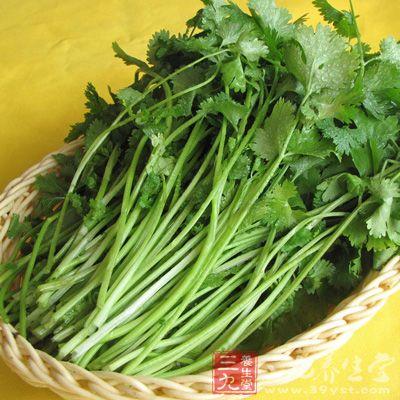 香菜应挑选全株肥大,干而未沾水,叶子鲜绿,带根者为佳