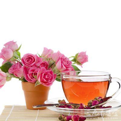 材料:干玫瑰花苞20朵、水250毫升、红茶1包、蜂蜜或糖适量