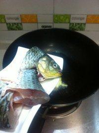百合木耳鲫鱼汤的做法步骤3