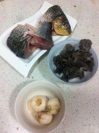 百合木耳鲫鱼汤的做法步骤1