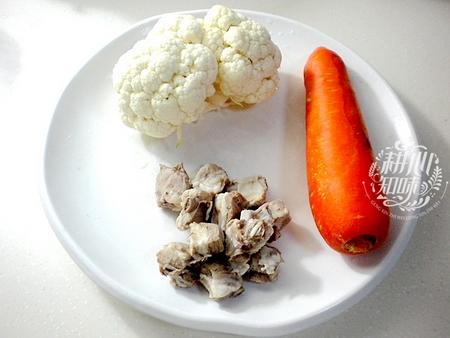 胡萝卜菜花炒排骨的做法步骤1