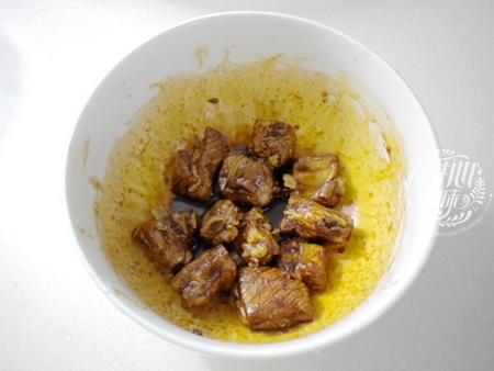 胡萝卜菜花炒排骨的做法步骤3