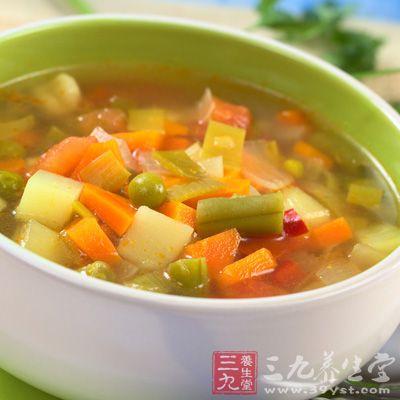将新鲜胡萝卜250克,切成小块,加入锅里用水煮熟后喝汤即可