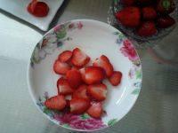 草莓鸡蛋三明治的做法步骤2