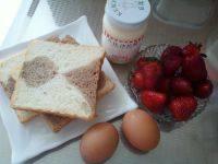 草莓鸡蛋三明治的做法步骤1